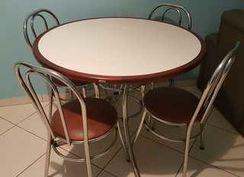 Mesa com 04 Cadeiras e Balcão