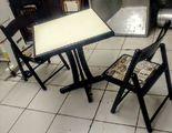 Conjuntos de 1 Mesa com 2 Cadeiras Dobráveis Almofadadas de Madeira.